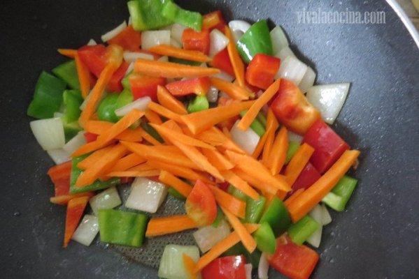 Agregar el pimiento verde y rojo y saltear unos minutos