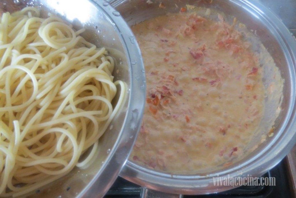 Incorporar finalmente la pasta que cocinamos previamente y mezclar