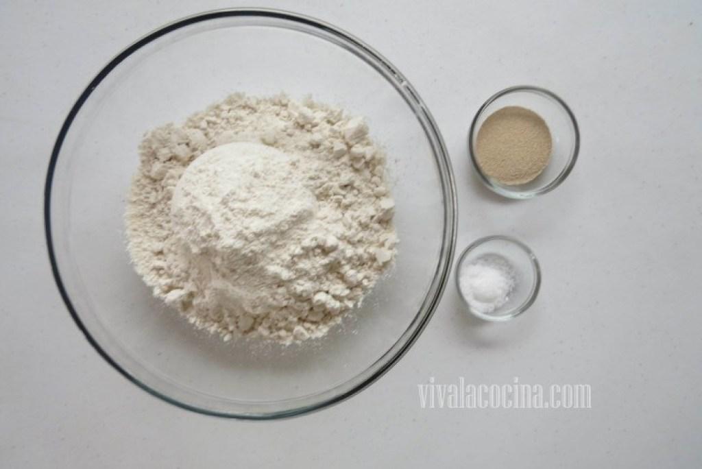 Cómo preparar la masa de empanadas: mezclar en un recipiente la harina junto con la sal y la levadura