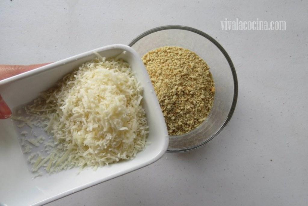 Mezclar el pan rallado con el queso parmesano para hacer frituras de calabacín