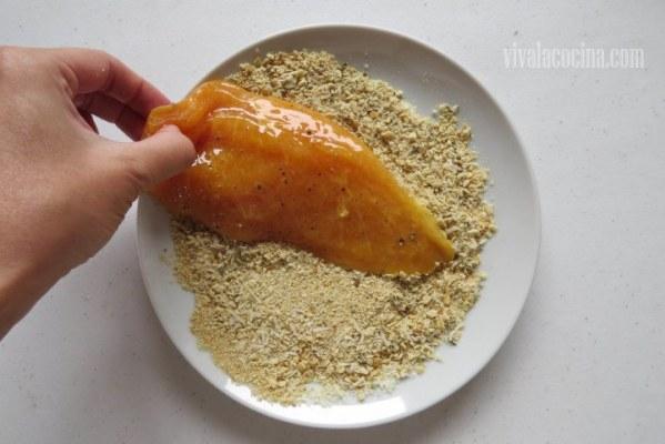 Empanizar el pollo