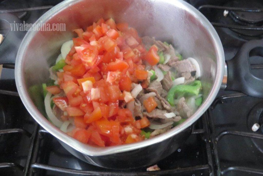 Añadir Tomate y guisarlo con la carne