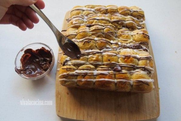 Agregar el Chocolate y hacer hilos sobre la brioche