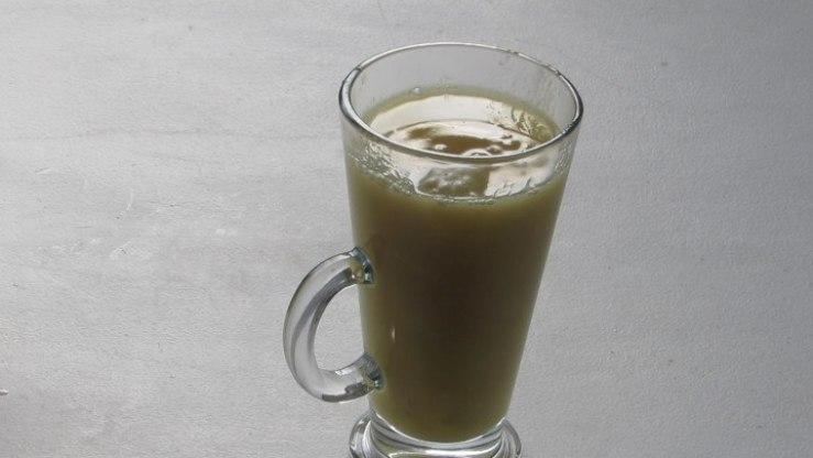 Servir el Ponche de Manzanas en una taza o vaso