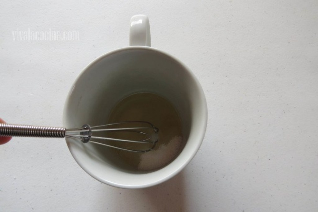 Batir Azúcar para el Mugcake de Limón