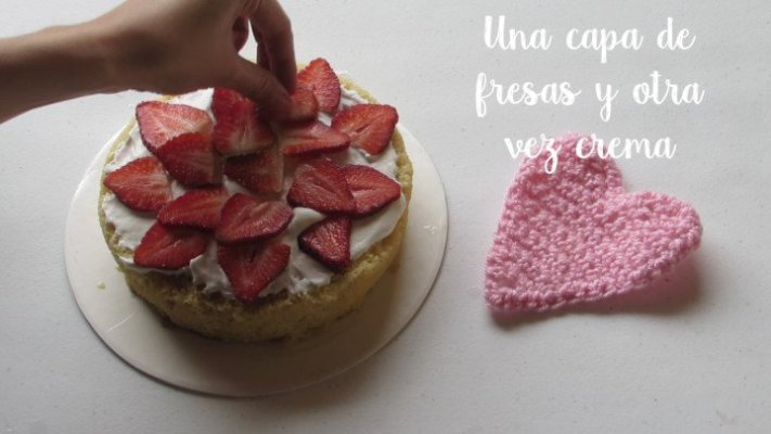 Coloca fresas en el pastel