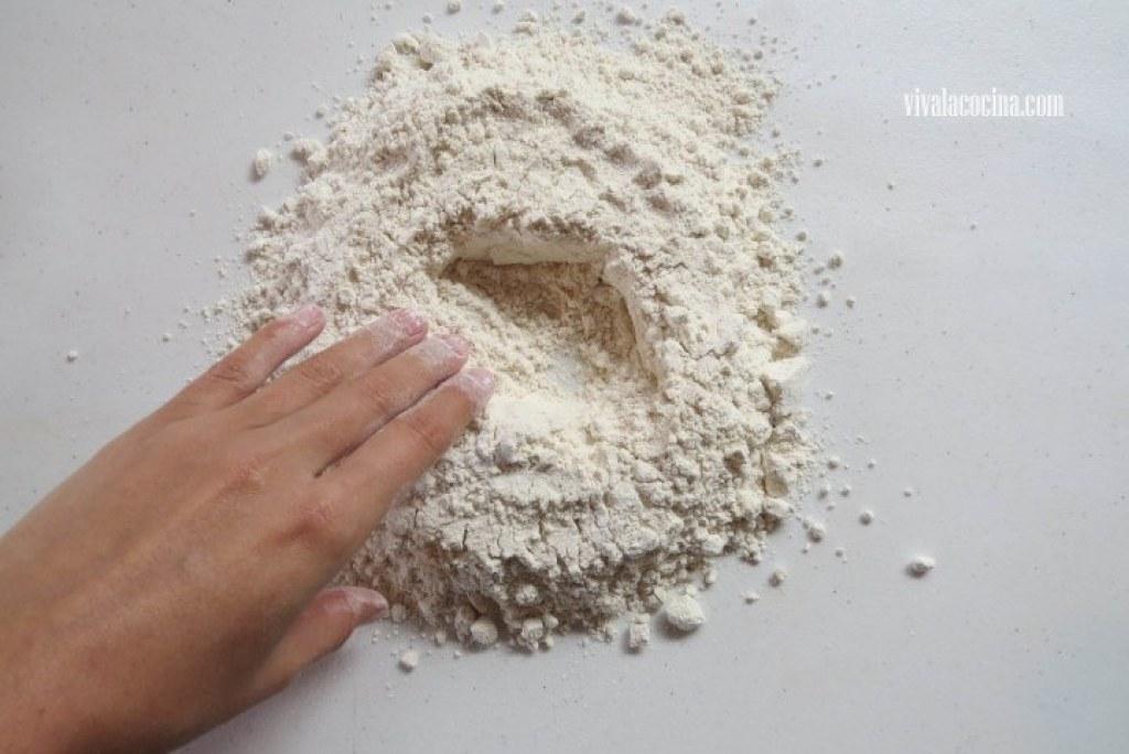 Mezclar la harina para la masa de la pizza