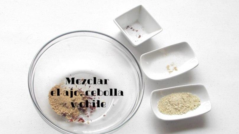 Mezclar secos: ajo, cebolla y chile