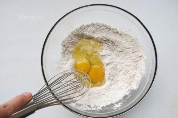 Agregar el Huevo para hacer la masa de los buñuelos
