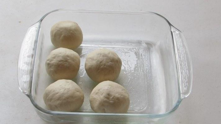 Colocar en Molde las bolas de masa de pizza para hacer los panecillos caseros