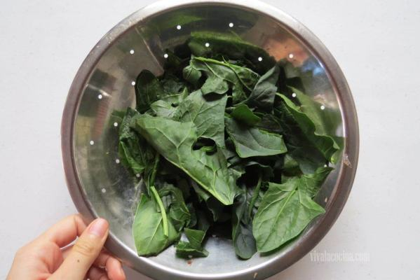 Hojas de Espinacas para la sopa de fideos con pollo y verduras