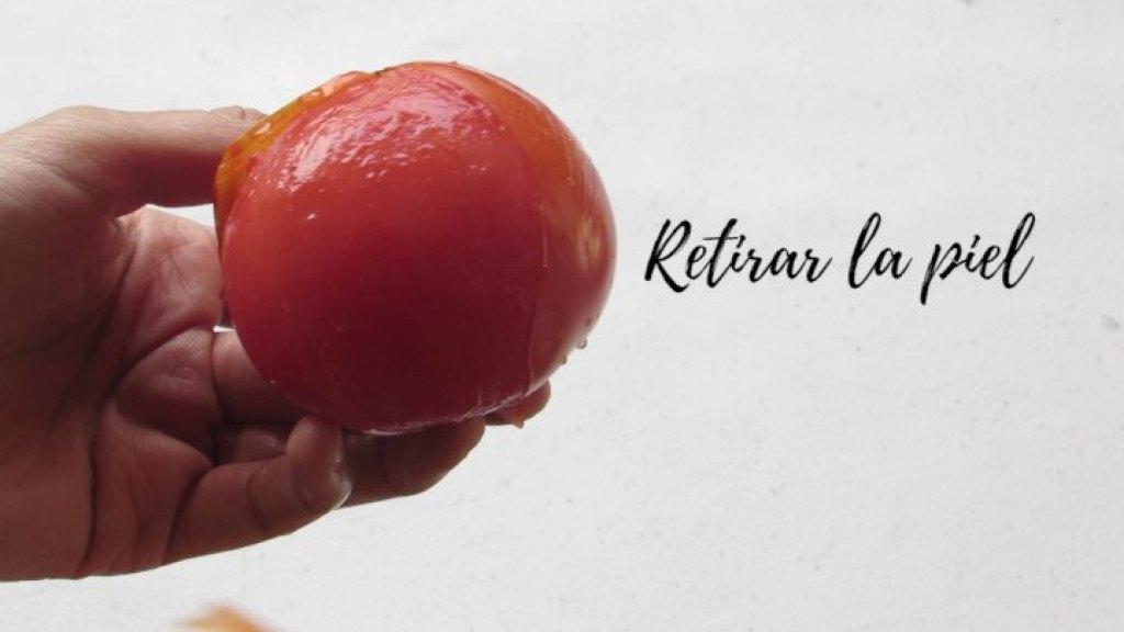 Cómo retirar la piel del tomate