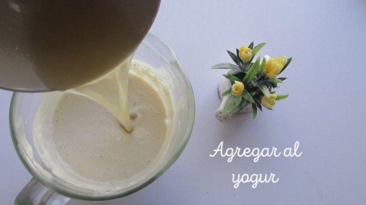 Agregar el yogur para hacer la gelatina