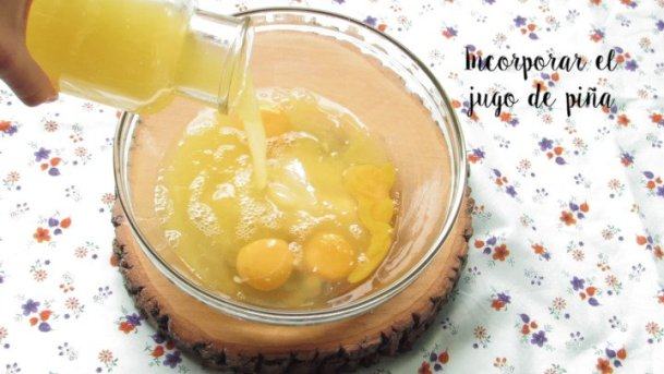 Agregar el jugo de naranja para la Crema Dulce de piña