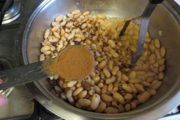 Cómo agregar especias para hacer tamales de frijol