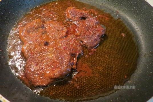 freír la carne de cerdo adobada