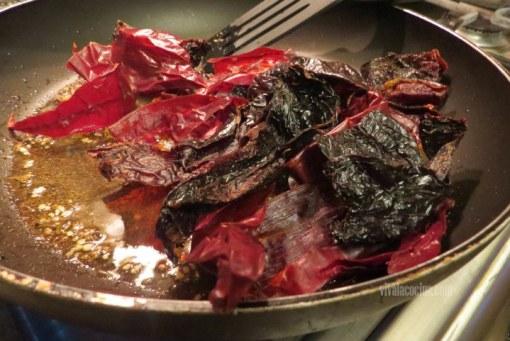 Freir chiles para hacer carne de cerdo adobada
