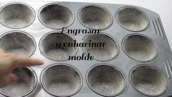 Engrasar y enharinar los moldes para hacer cubiletes de queso crema