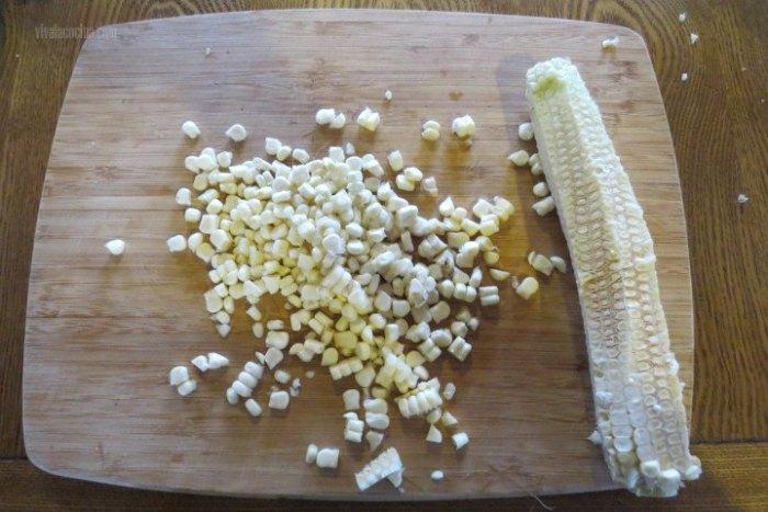 desgranar elote para preparar crema de maíz tierno
