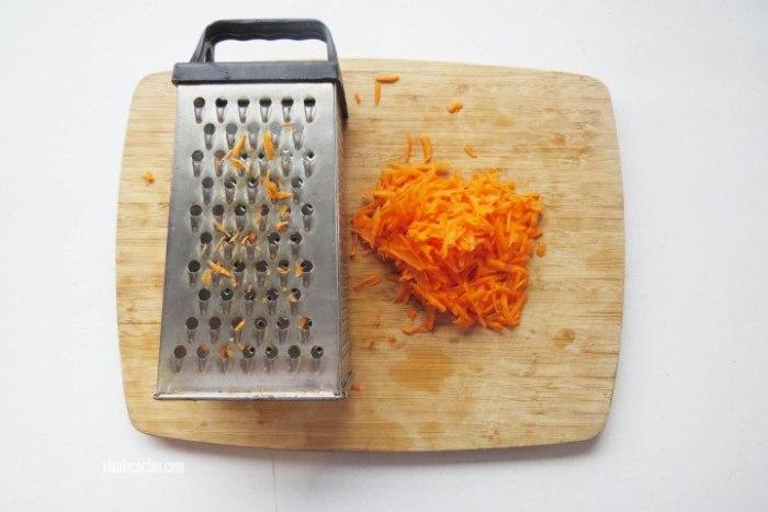 Como rallar zanahoria para hacer el Bundt Cake de zanahoria