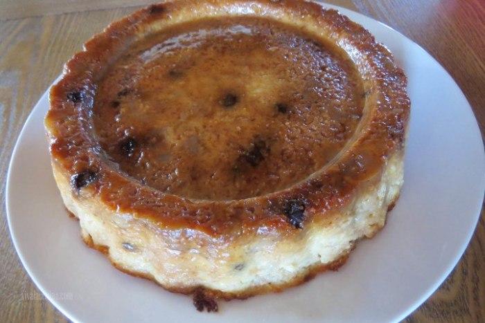 servir el budín de pan con manzanas y pasas