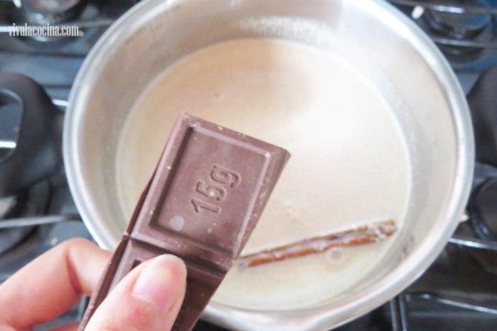 Incorporar chocolate para hacer atole de avena