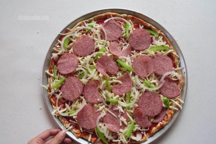 añadir salami para elaborar pizza de salami