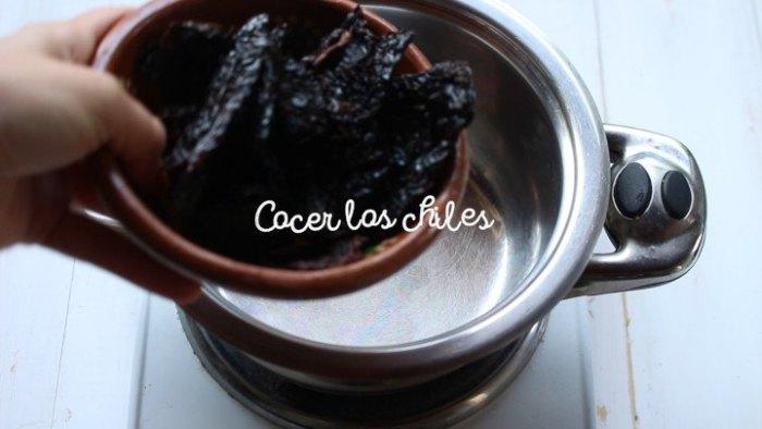 cocer los chiles para hacer Chilorio casero