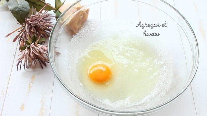 agregar huevo para hacer rosca de yogur
