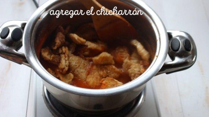 Cómo mezlar chicharrón con la salsa