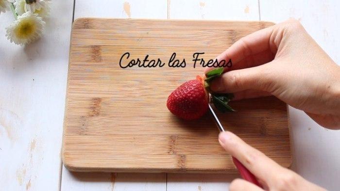cortar fresas para hacer gelatina de fresa