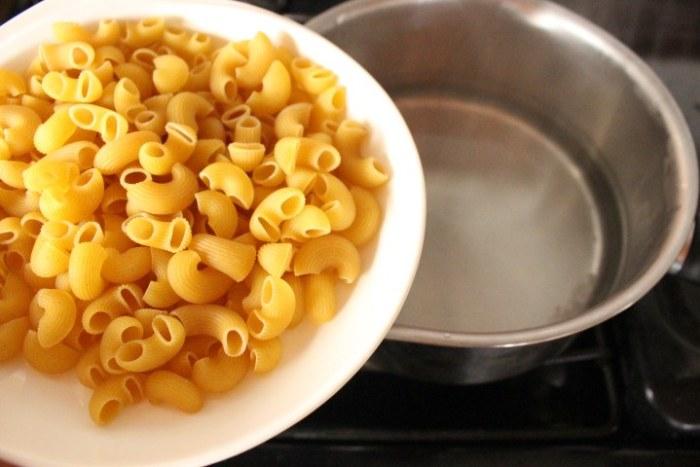 Cocer la pasta para hacer pasta con Salsa Chipotle