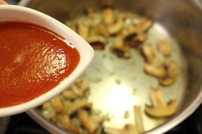 Agregar el puré o salsa de tomate para la pasta
