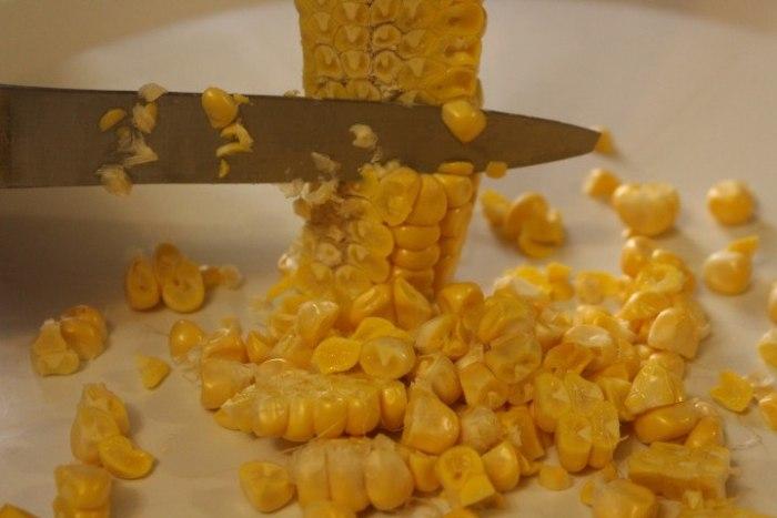 Como rebanar los granos de maíz de la mazorca