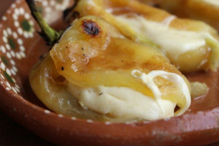 Chiles rellenos de queso fundido