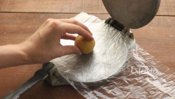 Presionar bolitas de masa con una presa de tortillas