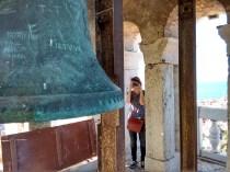 Am Glockenturm. Zwei der Glocken im Turm läuten tatsächlich noch mehrmals die Stunde. Piran, 2015