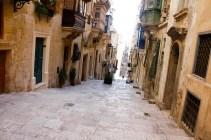 Valletta. Viele Straßen und Gassen bestanden aus Stufen, die sehr niedrig waren, da in früheren Zeiten die Ritter in ihrer schweren Rüstung nicht im Stande waren diese zu bezwingen.