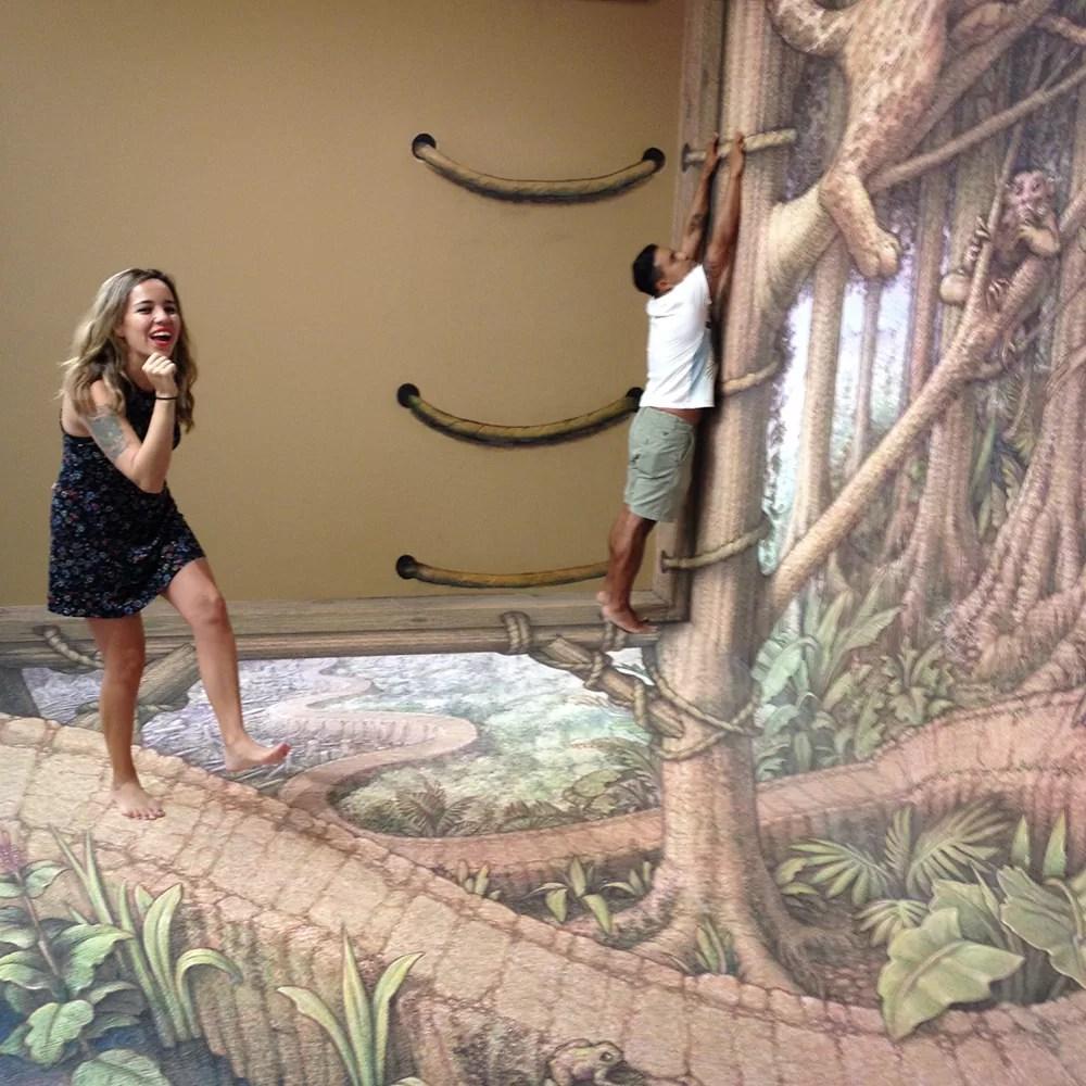 turistas jugando con las pinturas del museo 3D de Playa del Carmen