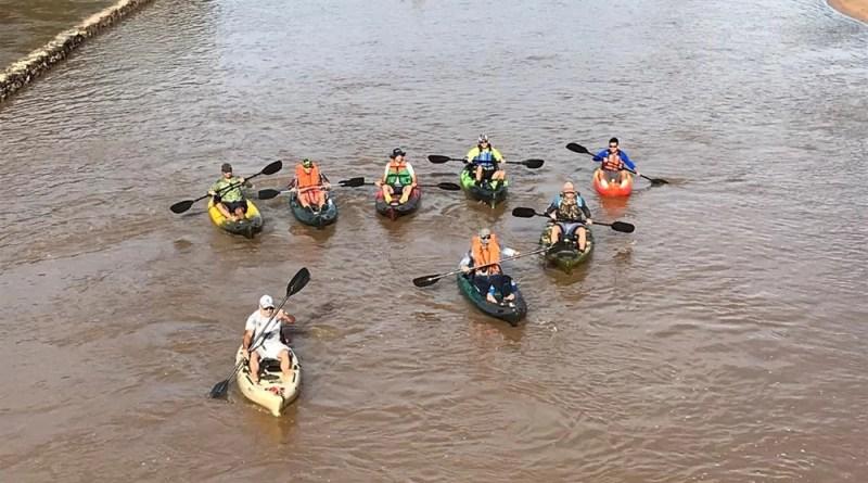 Grupo de amigos exploram o Rio do Peixe de caiaque.