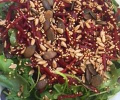 Salada de agrião com beterraba e sementes tostadas