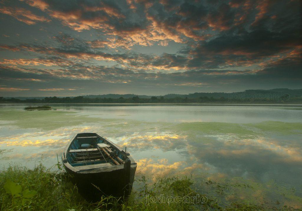 Acordo em rio calmo espelhando o céu em chamas que chama. Novo dia, novo começo, abre-se, estende-se em mim. O som do silêncio faz-se ouvir, a paz entretem a alma. Se queres embarcar, embarca... Se queres permanecer, permanece... Deixa-te amanhecer.