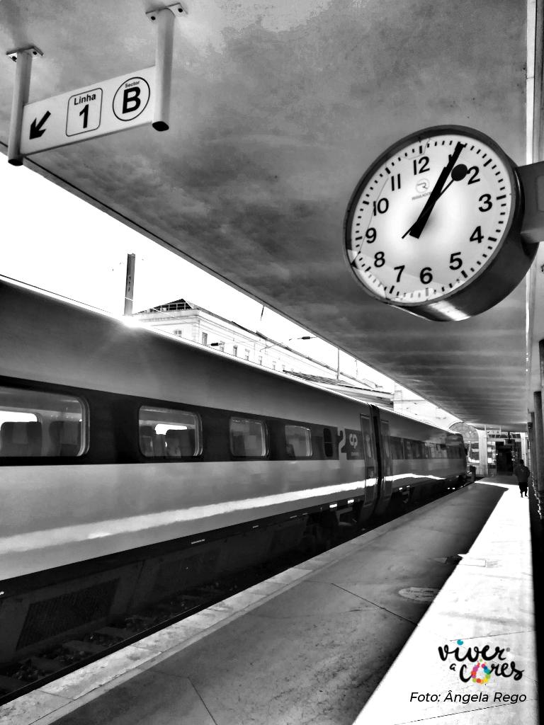 Estação de Combóios com destaque no relógio de ponto.