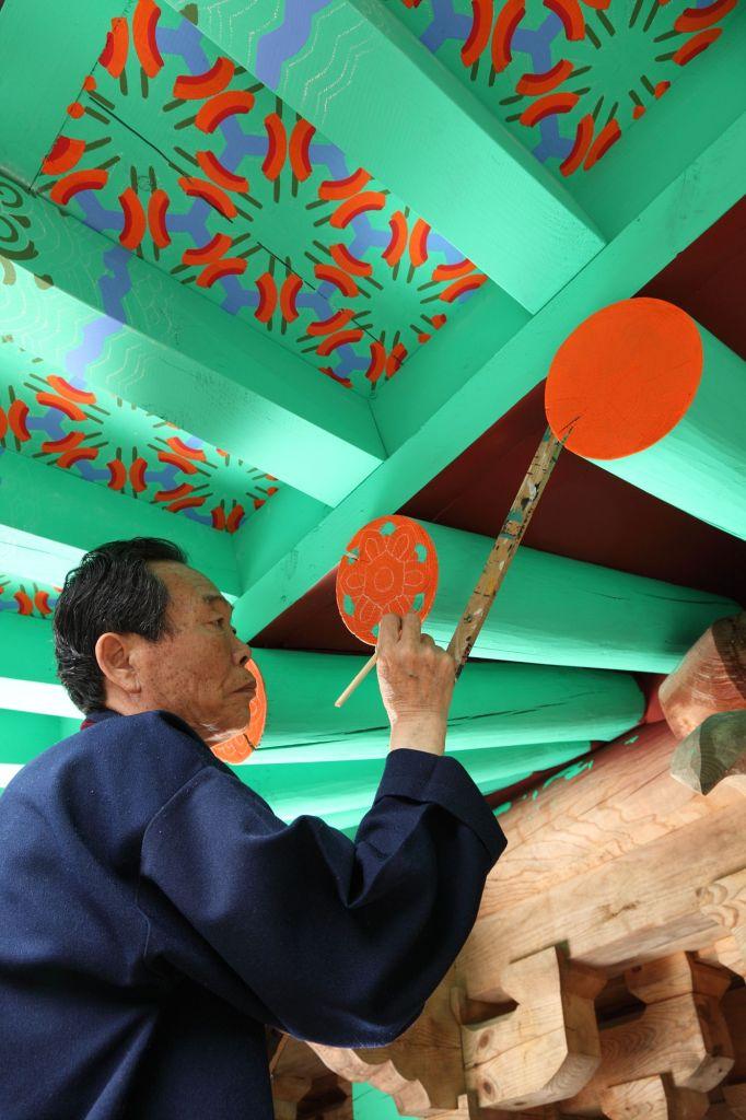 Pintura sendo aplicada a uma construção
