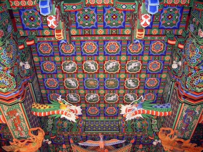 Teto de um Daewoongjeon (hall do Buda).