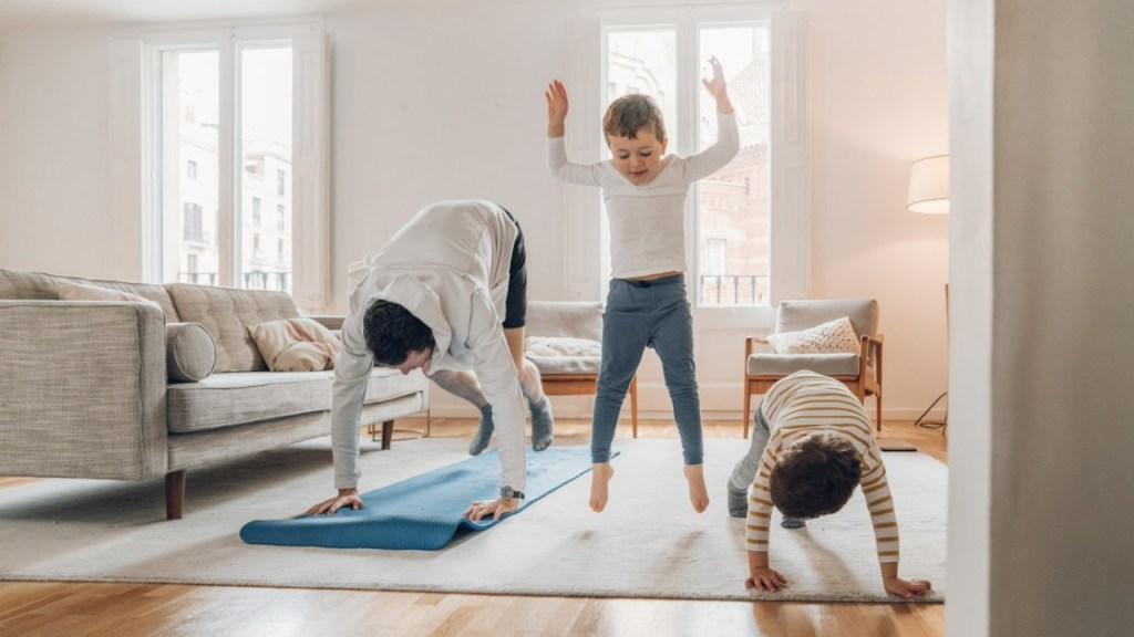 Es muy importante que tu hijo haga ejercicio mientras estudia desde casa 12/08/20