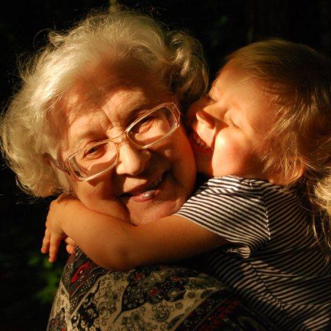 La ciencia confirma que los niños necesitan a sus abuelas para ser felices