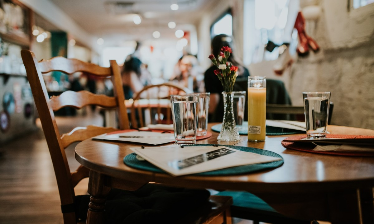 Decir provecho en un restaurante es de mala educacion
