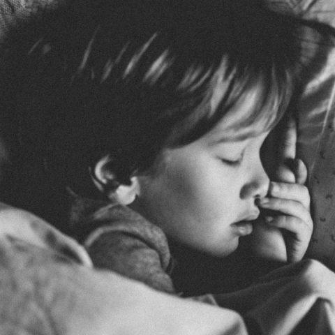 Los niños que duermen hasta tarde podrían sufrir serias consecuencias es peligroso para su cerebro