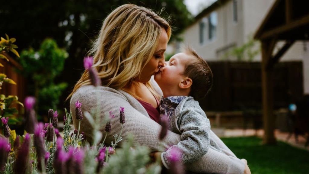 por que nunca debes besar a un bebe en la boca podria ser mortal